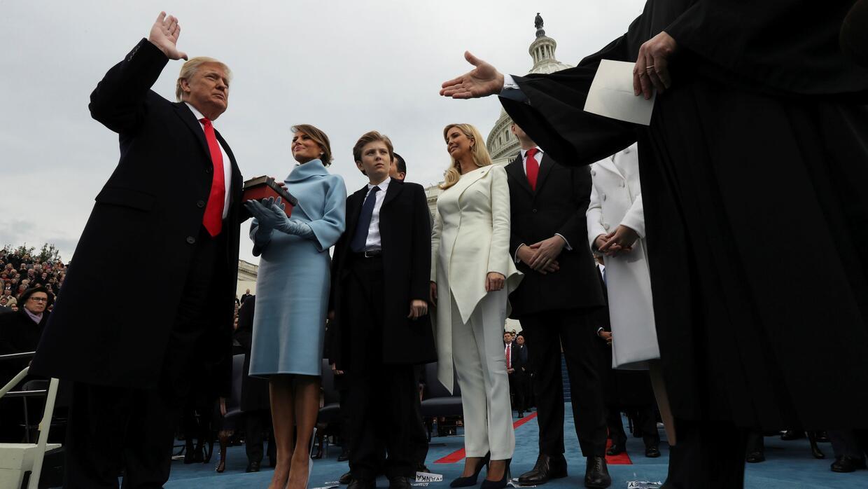 Donald Trump juramentó sobre dos biblias: la de Lincoln y la que le rega...