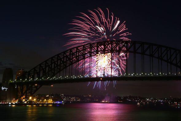 Los fuegos artificiales iluminaron este gran arco y símbolo de la...
