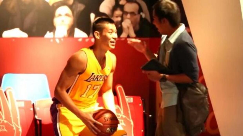 El basquetbolista sorprendio a varios visitantes.