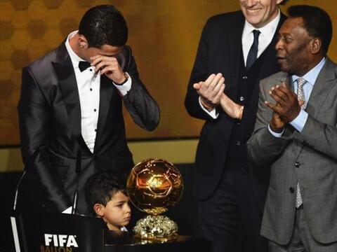 El delantero portugués del Real Madrid Cristiano Ronaldo llora al...