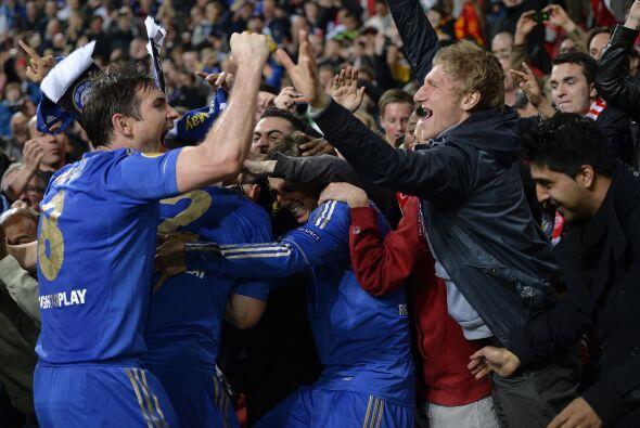 El zaguero festejaba su tanto con los propios fanáticos del club.