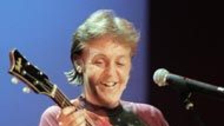 Paul McCarteny, líder de The Beatles, con su famoso bajo Honner