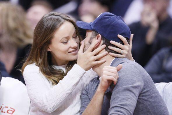La bella pareja se mostró amor frente a todos. Mira aquí los videos más...