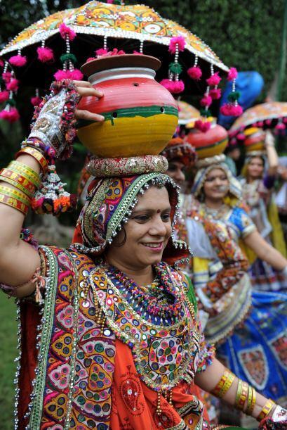 Una bailarina folclórica  durante un ensayo general para las próximas fe...