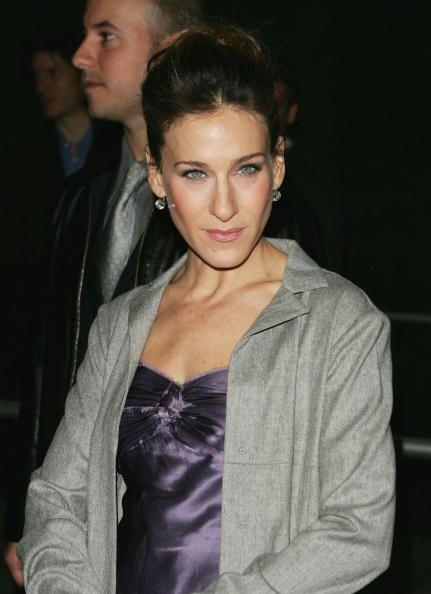 Un encantador vestido color morado en contraste con prendas en color gri...