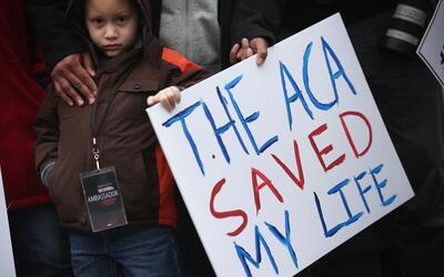 James Cook, de 5 años, participa en una marcha en apoyo a la ley...