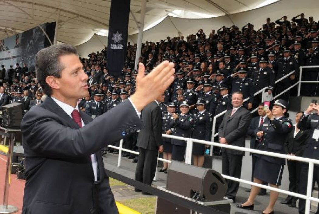 Acompañado por el Comisionado Nacional de Seguridad, Manuel Mondragón, y...