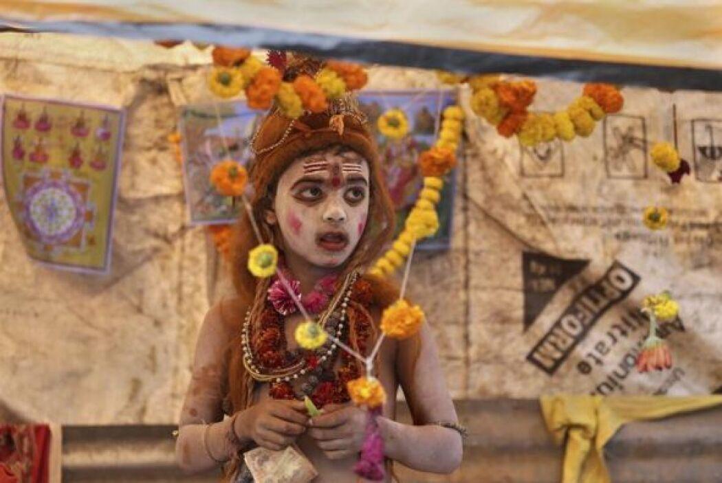 Un chico indio disfrazado aguarda su turno en un campamento temporal cer...