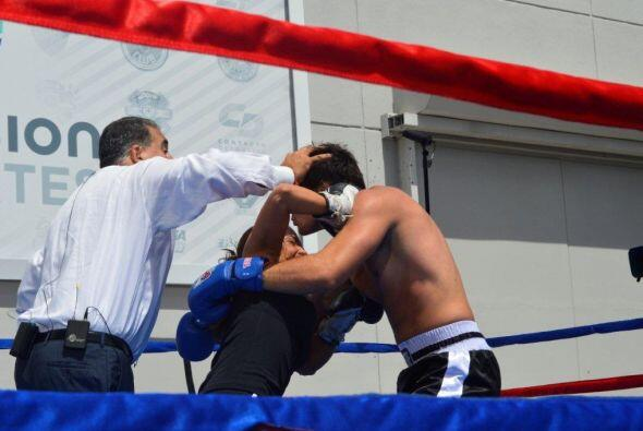 Fiore intervino en varios momentos para evitar un golpe bajo.
