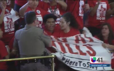 Cientos de manifestantes se reúnen en el capitolio de Texas en contra de...