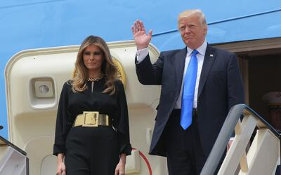 Melania Trump llegó a Riad con un mono negro de pantalón a...