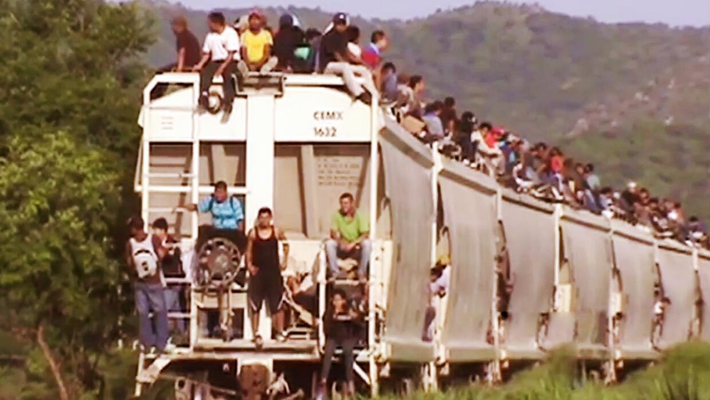 Estudiantes mexicanas crean 'kits' para inmigrantes que cruzan la frontera