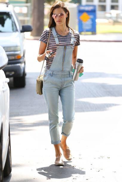 Para un 'look' súper casual, usa tu overol con prendas de diseños sencil...