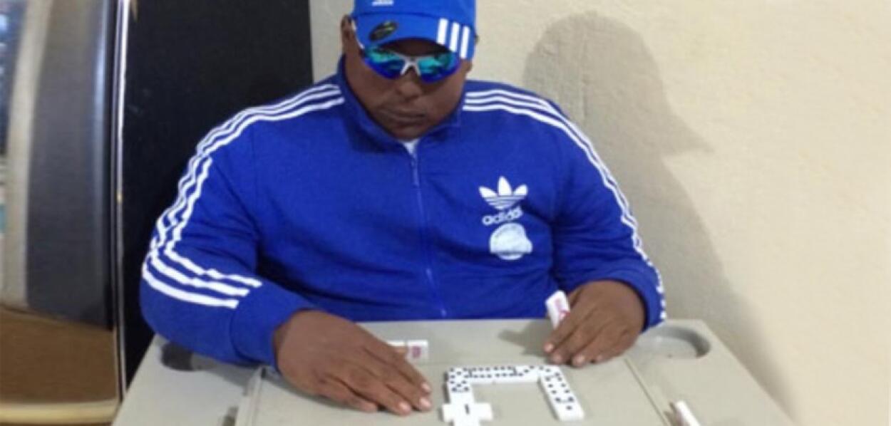 Lo velan jugando dominó en el bar de su madre