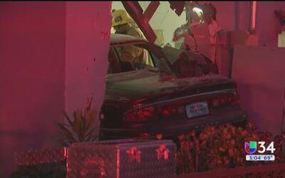 Automóvil se estrella contra una casa y deja a ocho personas heridas en...