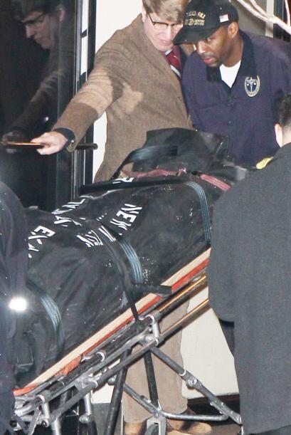 Estos son los momentos en que el equipo forense saca los restos del acto...