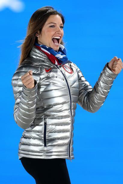 La esquiadora estadounidense celebra en el podio su medalla conseguida t...