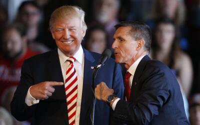 Donald Trump junto al general retirado Michael Flynn en plena campa&ntil...