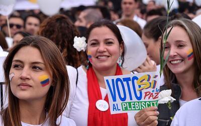 Partidarias del sí al acuerdo de paz con las FARC, durante una ma...