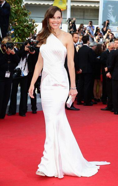 Atelier Versace vistió las curvas de Hilary Swank, quien luci&oac...