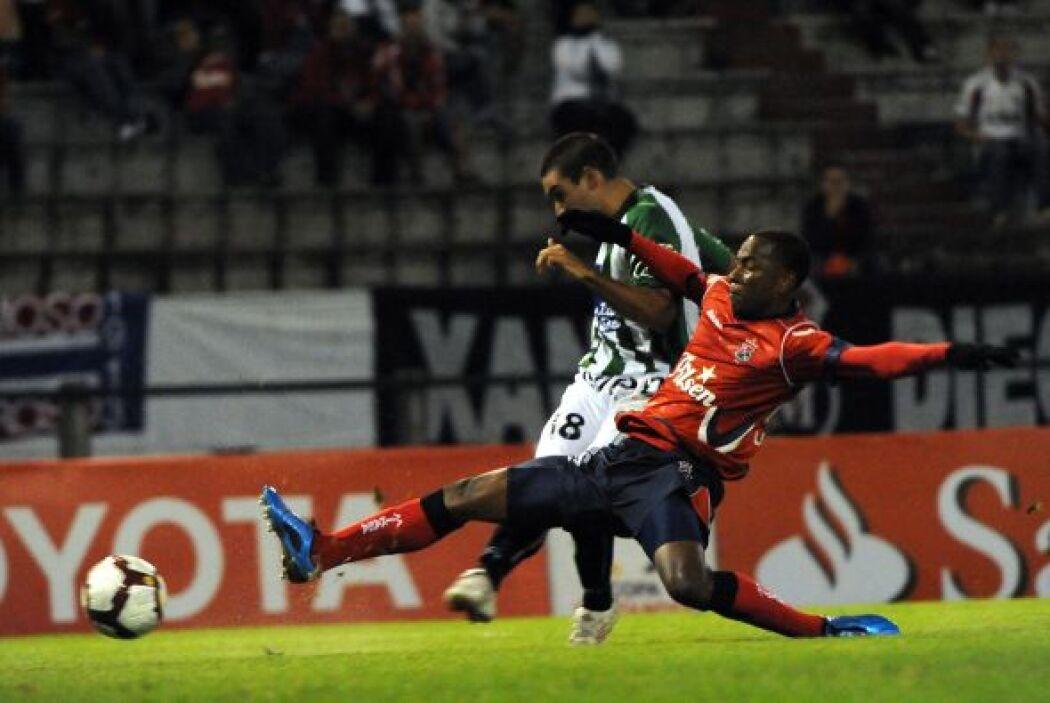 Jaguares no contará con el recién fichado defensa colombiano Leiton Jimé...