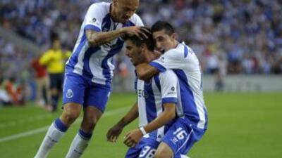 Neves celebra su gol con Maicon y Héctor Herrera.