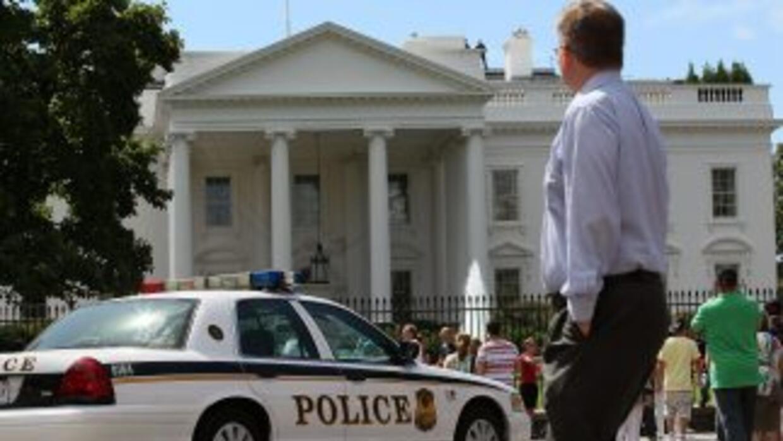 La policía local ordenó abandonar la zona a la multitud de turistas que...