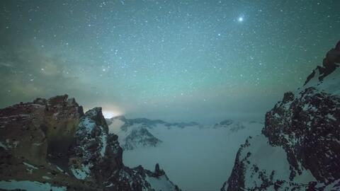 La lluvia de meteoros Lyrid creó un paisaje deslumbrante en el cielo del...
