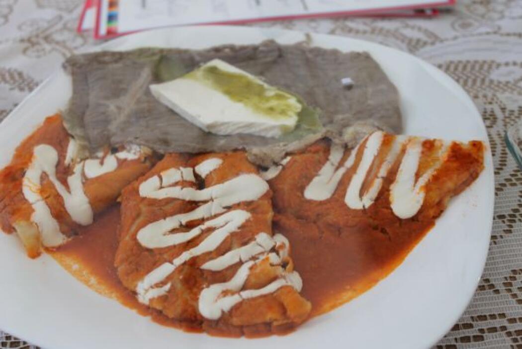 También hay unas enchiladas llamadas las taqueras, que son con longaniza...