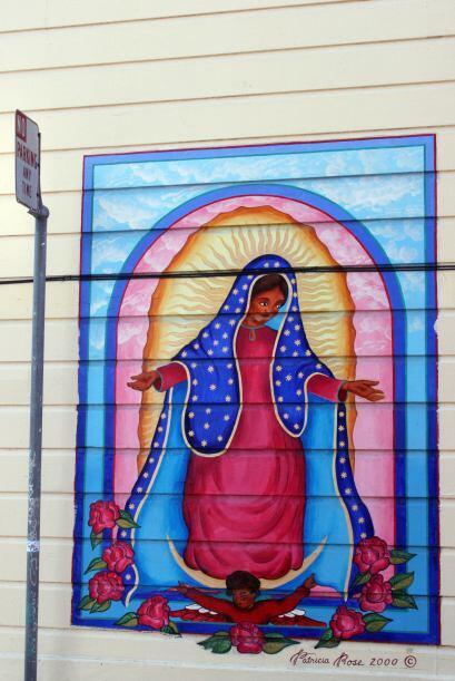 Patricia Rose se inspiró en la virgen de Guadalupe para pintar el mural...