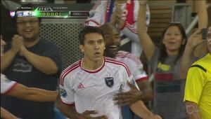 SJ se va al frente gracias a Shea Salinas a pesar de una gran atajada de...