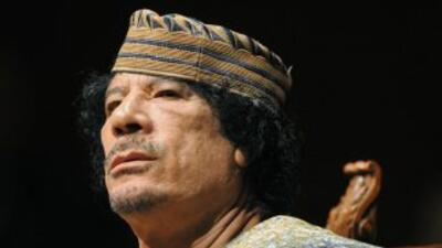 El coronel libio Muamar Gadafi habría sido herido y al parecer escapó de...