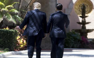 El presidente Donald Trump y su homólogo chino, Xi Jinping, durante la c...