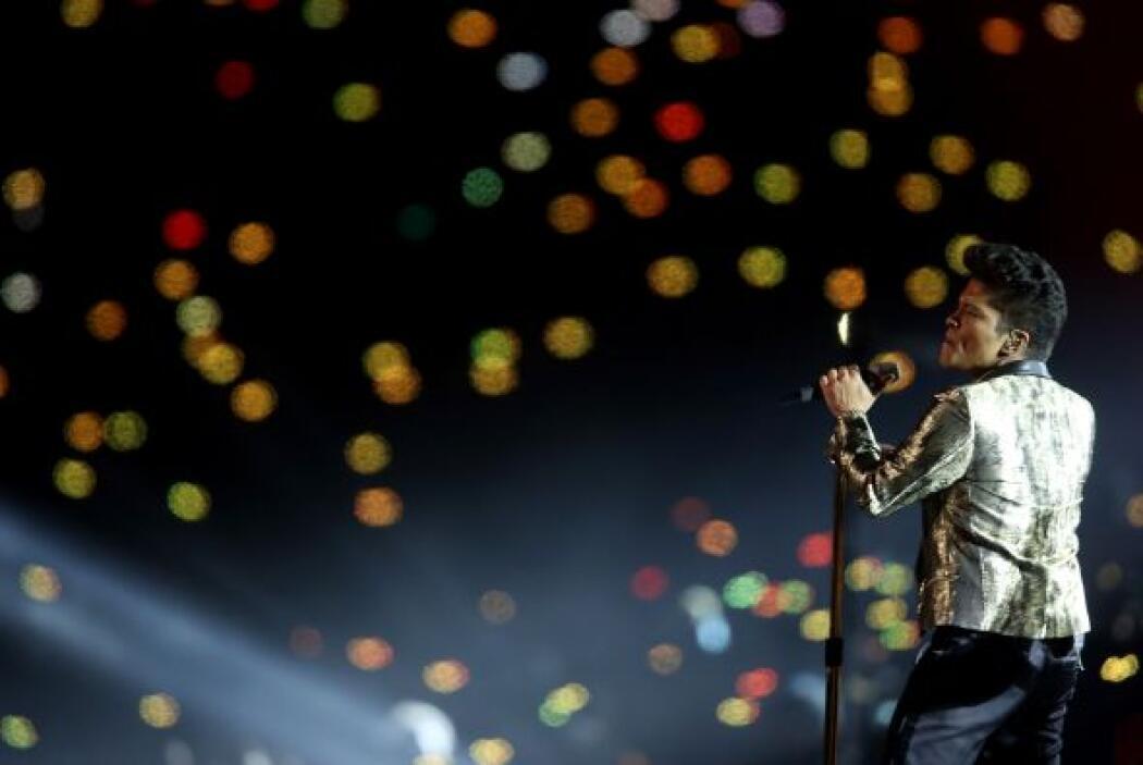Acompañado de sus músicos, el cantante interpretó Locked out of Heaven,...