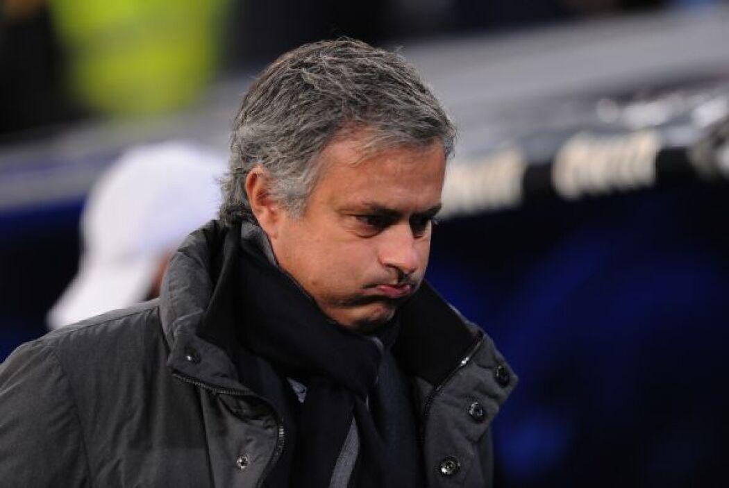 Mourinho estuvo inquieto e incluso pateó un balón con rabia hacia el tún...