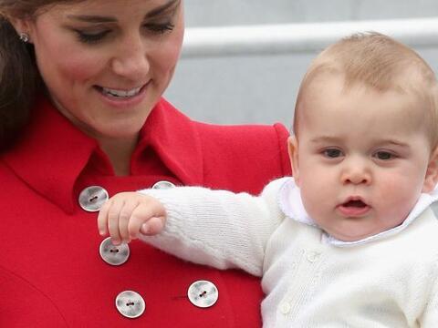 La Duquesa cargó al pequeño desde que bajaron del avión. Mira aquí los v...