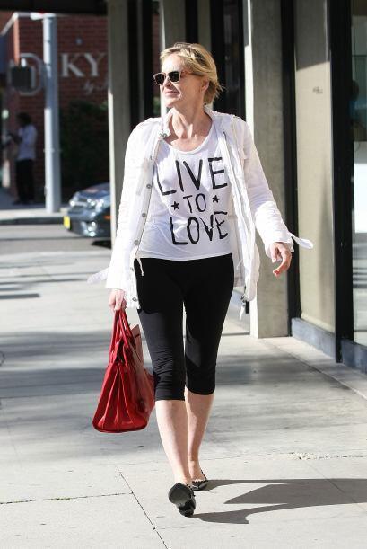 También simplemente combinar una blusa blanca con un pantalón capri en c...