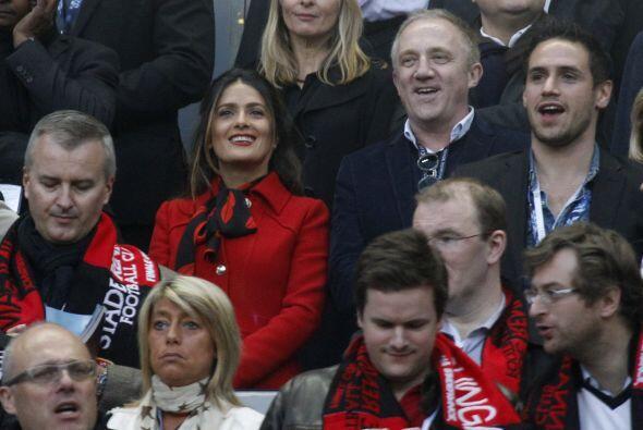 La pareja se espabiló cuando fueron captados por las cámaras del estadio...