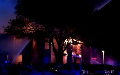 Por lo menos 40 damnificados dejó un incendio en un complejo de ocho apa...