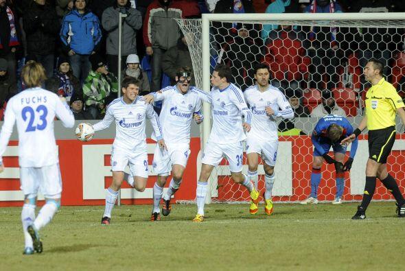 Pero el 'Cazador' Klaas-Jan Huntelaar logro el gol para el 1-1 final.