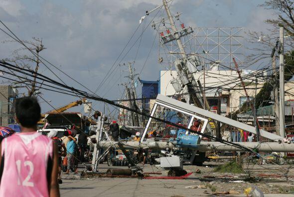 Casas destruidas, postes eléctricos arrancados, vehículos volcados y sup...