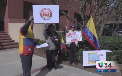 Colombianos se manifiestan contra altos costos de trámites migratorios