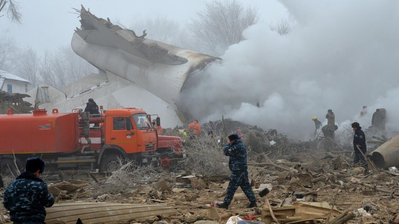 Un avión turco se estrella en una zona residencial de Kirguistán y deja...