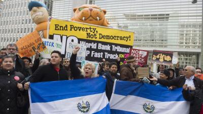 Un grupo de salvadoreños residentes en Estados Unidos durante una...