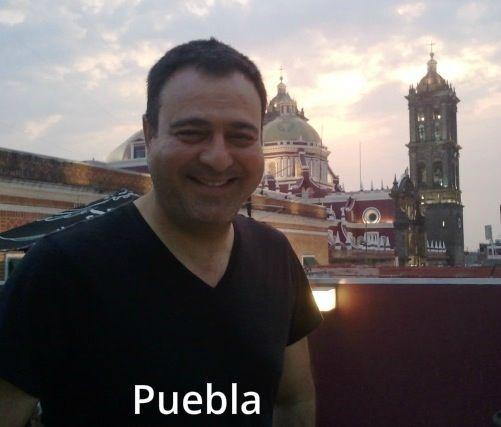 Jorge posando, con el campanario de la catedral de Puebla al fondo.