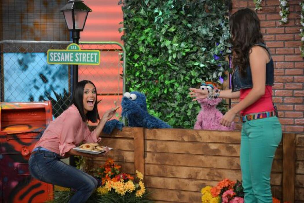 ¡Finalmente Cookie Monster logró convencerla para que le diera una galleta!