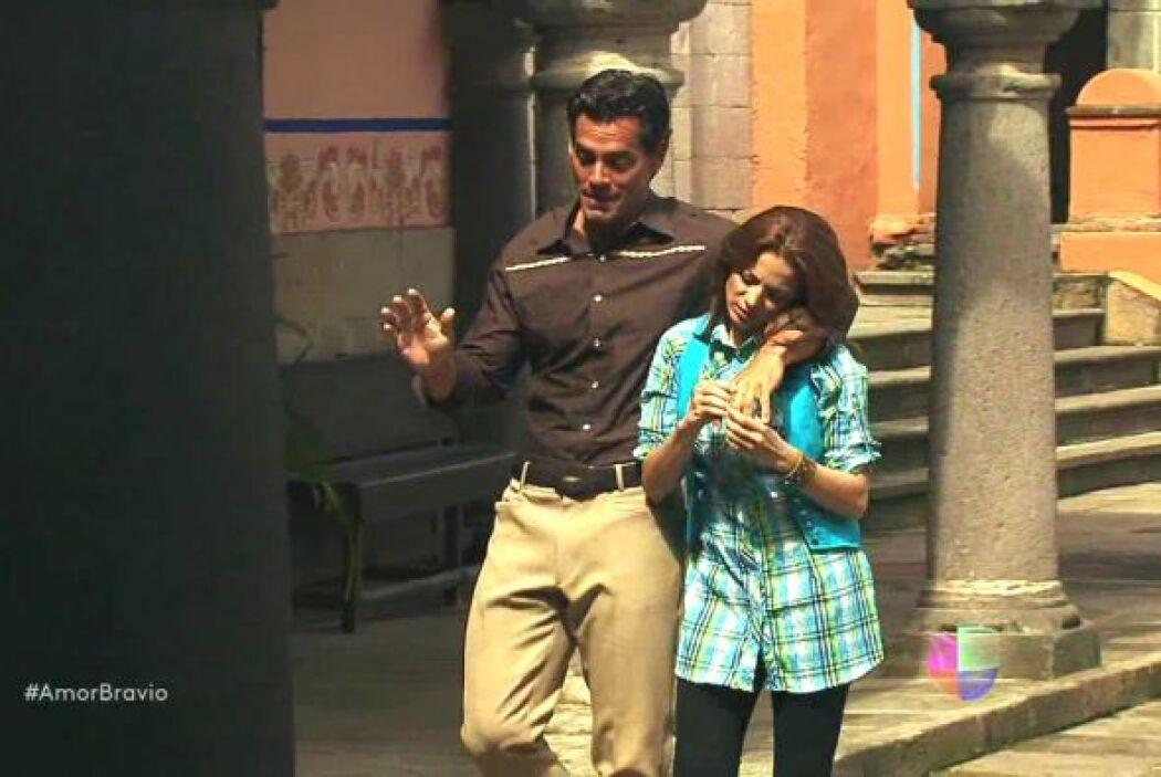 Mientras tanto Daniel y Camila se encuentran muy contentos por haber rec...