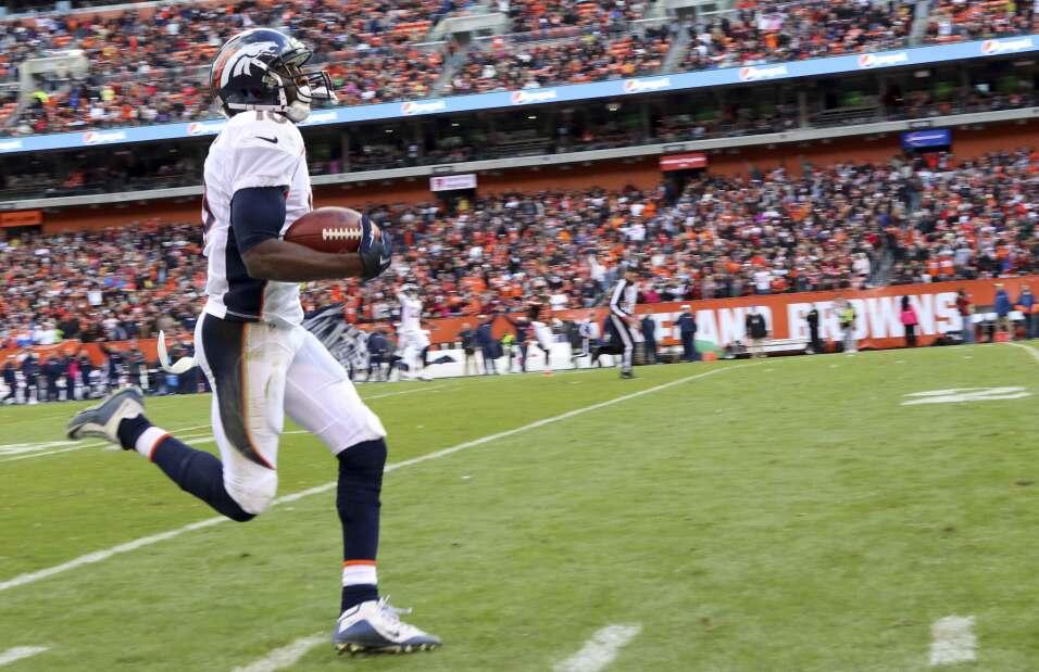 Emmanuel Sanders atrapó un pase de 75 yardas para touchdown y los Bronco...