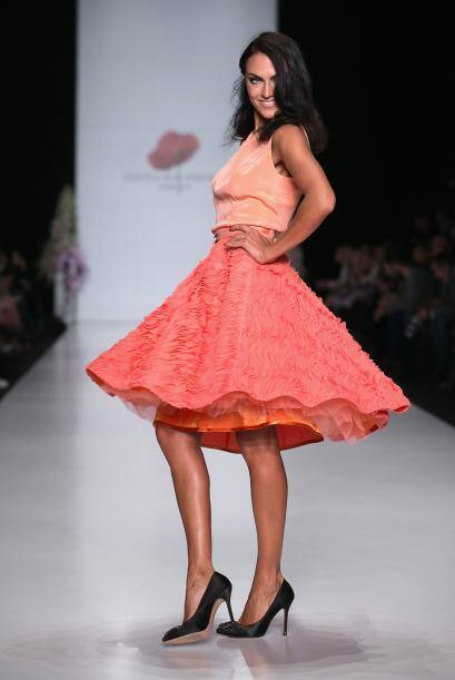 Otra manera de combinar  tu 'crop top' es usarlo con una falda estilo  '...