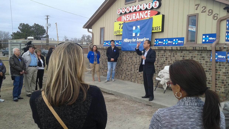 El congresista Luis Gutiérrez pide el voto para Clinton en Denver, Colorado